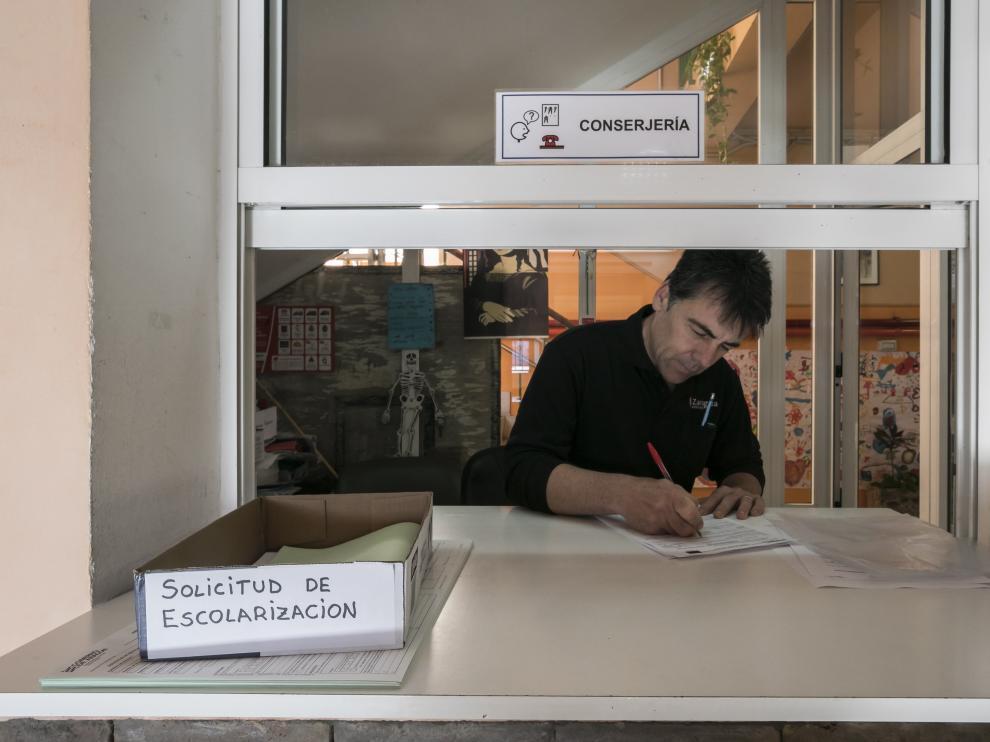 Un padre cumplimentando la solicitud de ingreso en el Domingo Miral el pasado miércoles. guillermo mestre