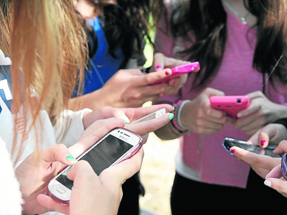 Adolescentes utilizando WhatsApp // 18-10-13 // FOTO: Luis Gimeno