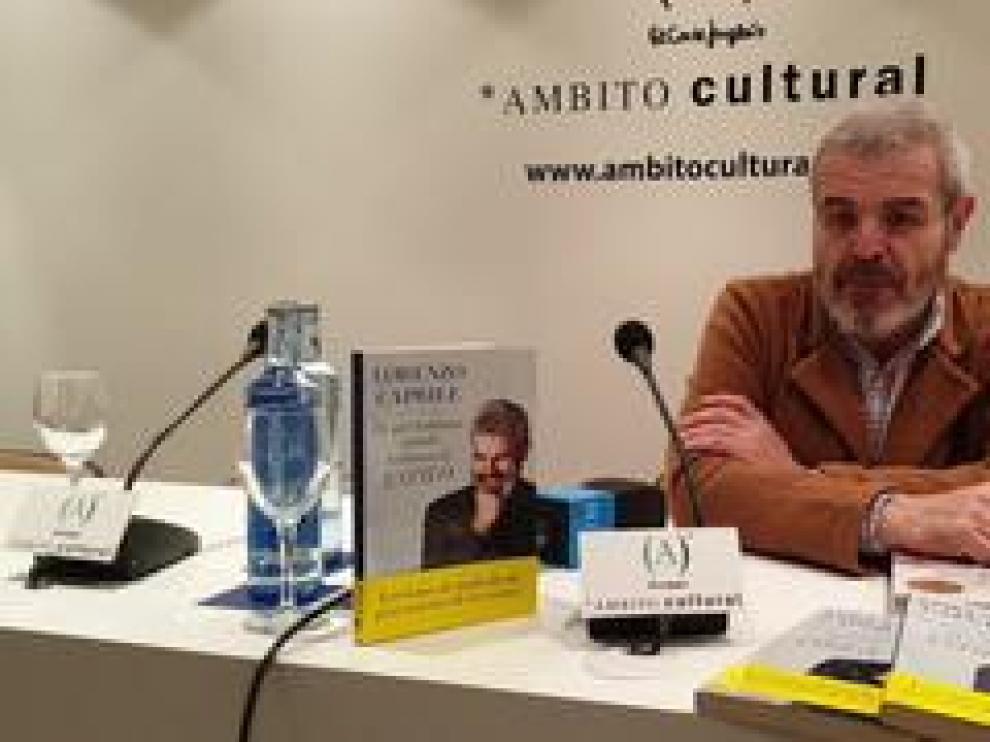 'De qué hablamos cuando hablamos de estilo' es el título del libro de Lorenzo Caprile. El modista español lo ha presentado en el ámbito cultural de El Corte Inglés acompañado de Mahi, concursante de 'Maestros de la costura', y de Ana Usieto, periodista de HERALDO DE ARAGÓN.