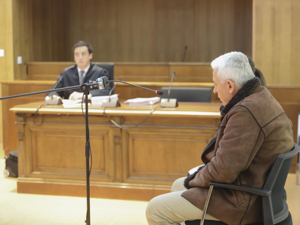 Iulian M. durante la primera sesión del juicio por agresión a su mujer.