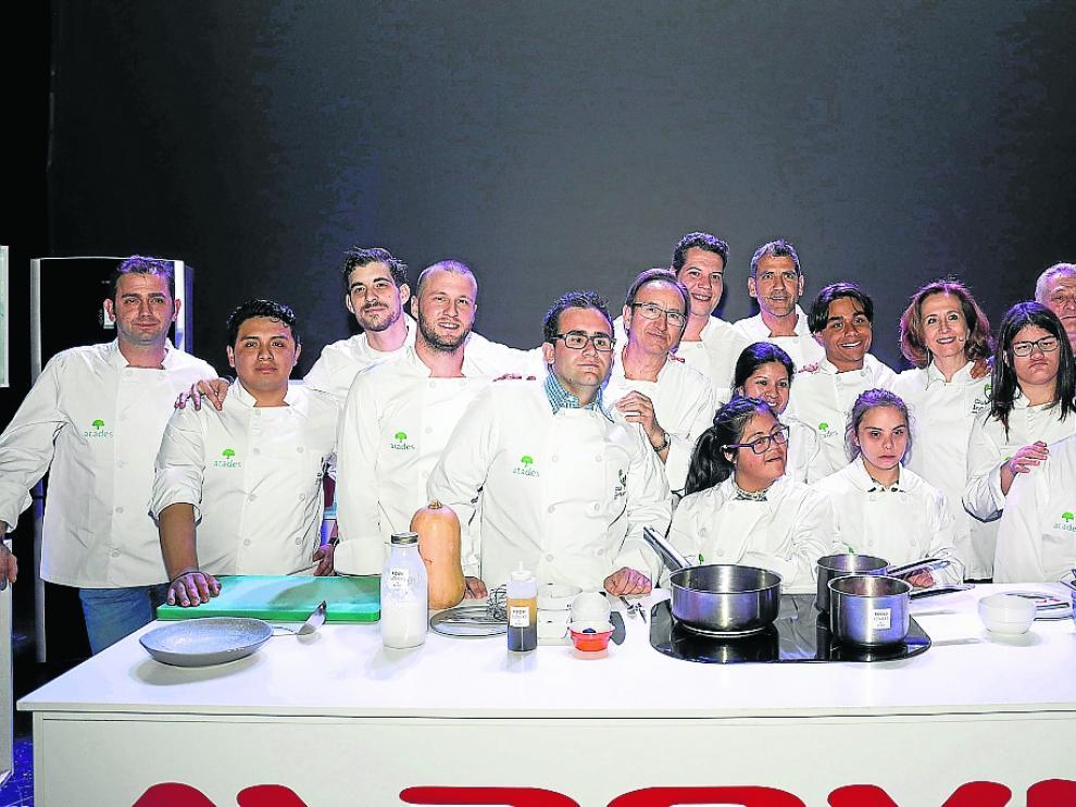 Los cocineros y los alumnos de Atades, junto a Paco Roncero y Lourdes Plana