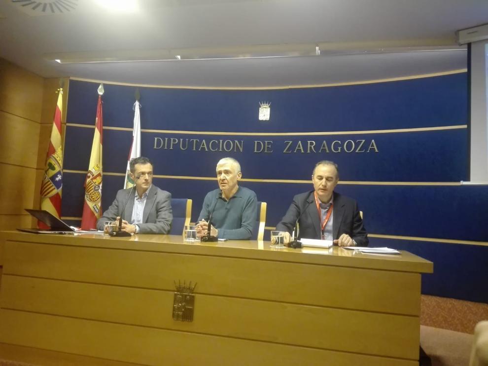 Luis Antonio Sáez (en el centro) y los profesores Luis Fabra y Bienvenido Subero, en la DPZ.