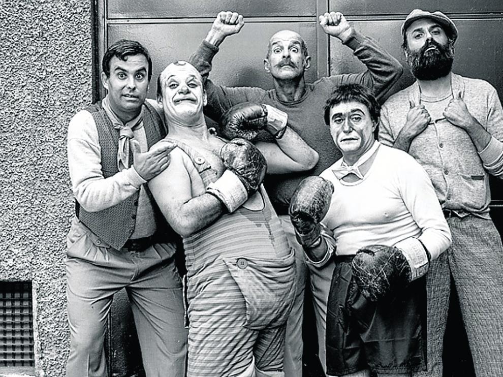Parte del equipo de actores del docudrama, en un descanso del rodaje.