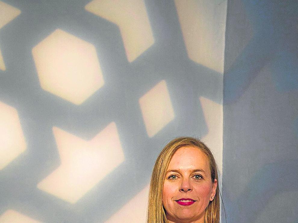 Victoria Trasobares, con el reflejo de la decoración Mudéjar.