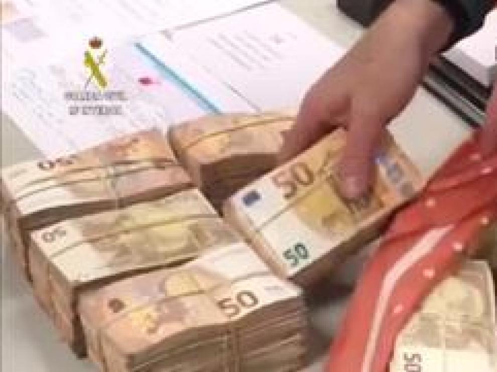 El dinero se localizó en el interior de una bolsa de equipaje, envuelto en un pañuelo, en billetes de 50 euros íntegramente