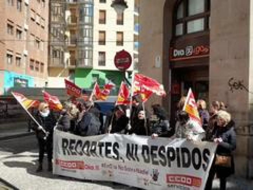 Una treintena de trabajadores se han concentrado a las puertas de un supermercado DIA de Zaragoza para protestar por el ERE