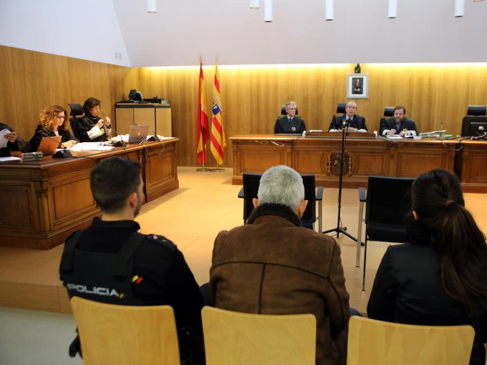 El acusado, entre dos policías, durante la sesión del juicio este martes.