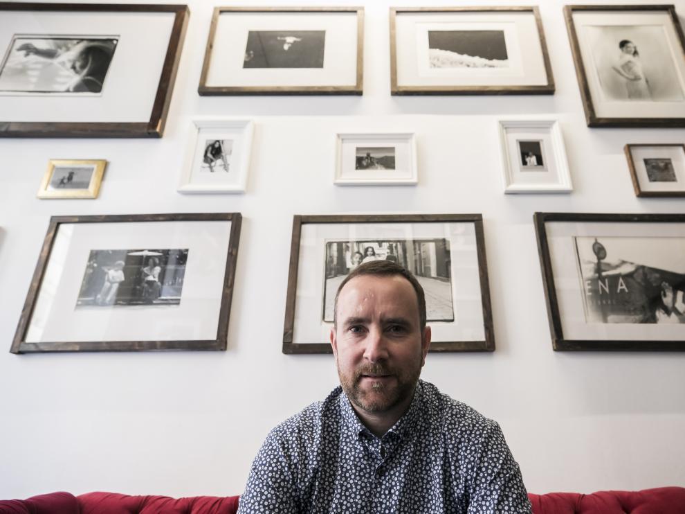 El fotógrafo Dafydd Kemp, en su estudio de la calle de Calatayud.