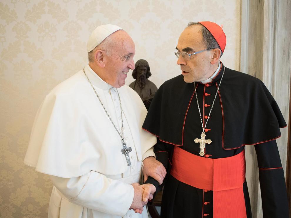 El papa recibió al arzobispo de Lyon, el cardenal Philippe Barbarin (d), en el Vaticano, este lunes.
