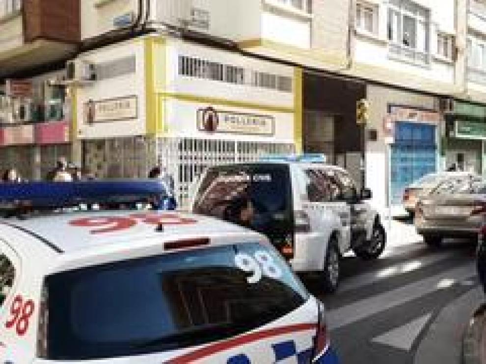 Sobre las 13.30 de este miércoles, varios vehículos de la Guardia Civil, tanto con distintivos como camuflados, se han personado en la calle de Monasterio de Veruela, 4, con la cara cubierta con pasamontañas.