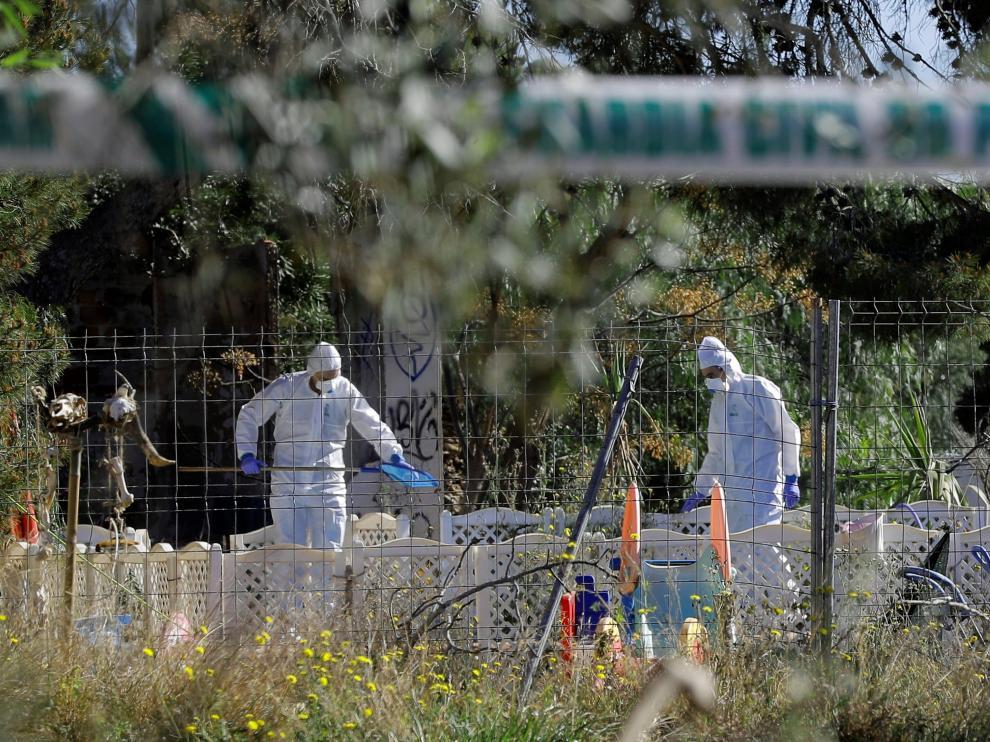 Agentes de la Policía Científica de la Guardia Civil inspeccionan las inmediaciones de la casa de Godella.