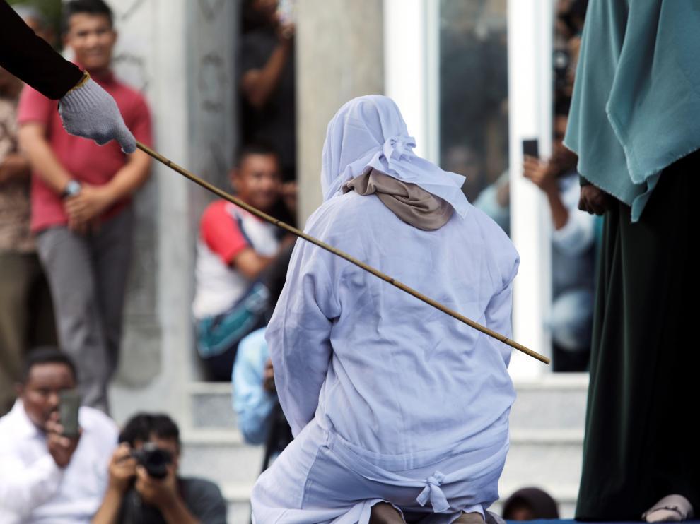 Cinco parejas indonesias azotadas en Aceh por verse a solas sin estar casados