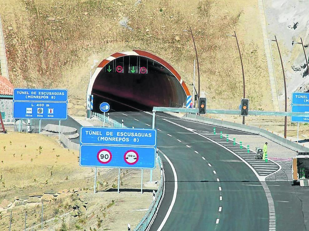 Dos operarios ultimaban ayer los preparativos para la apertura de uno de los tres nuevos túneles.
