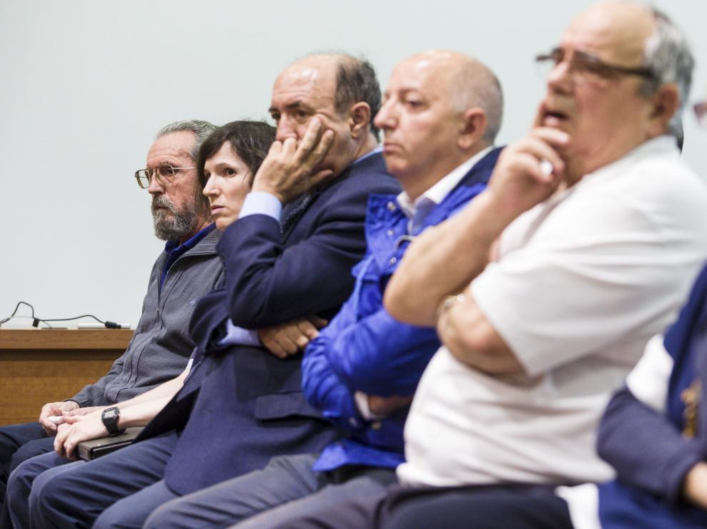 Enrique Irazabal, al fondo con barba, junto a Elsa Andrés y el resto de acusados, en la Audiencia.
