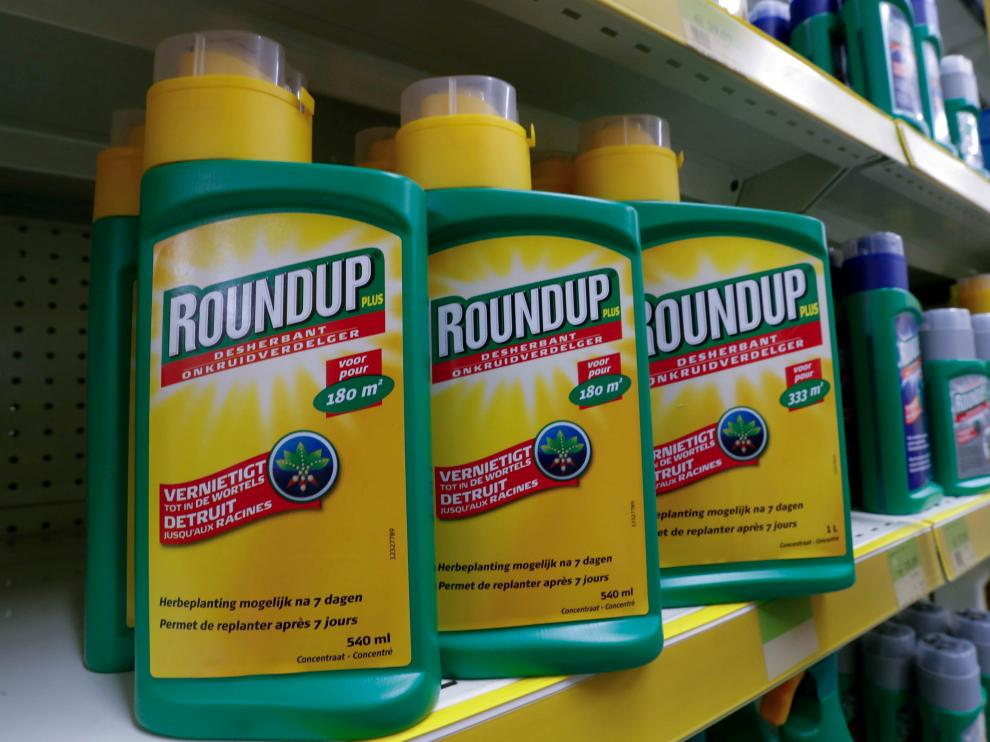 FILE PHOTO: Monsanto's Roundup weedkiller atomizers are displayed for sale at a garden shop near Brussels, Belgium  November 27, 2017. REUTERS/Yves Herman/File Photo [[[REUTERS VOCENTO]]] BAYER-GLYPHOSATE/LAWSUIT