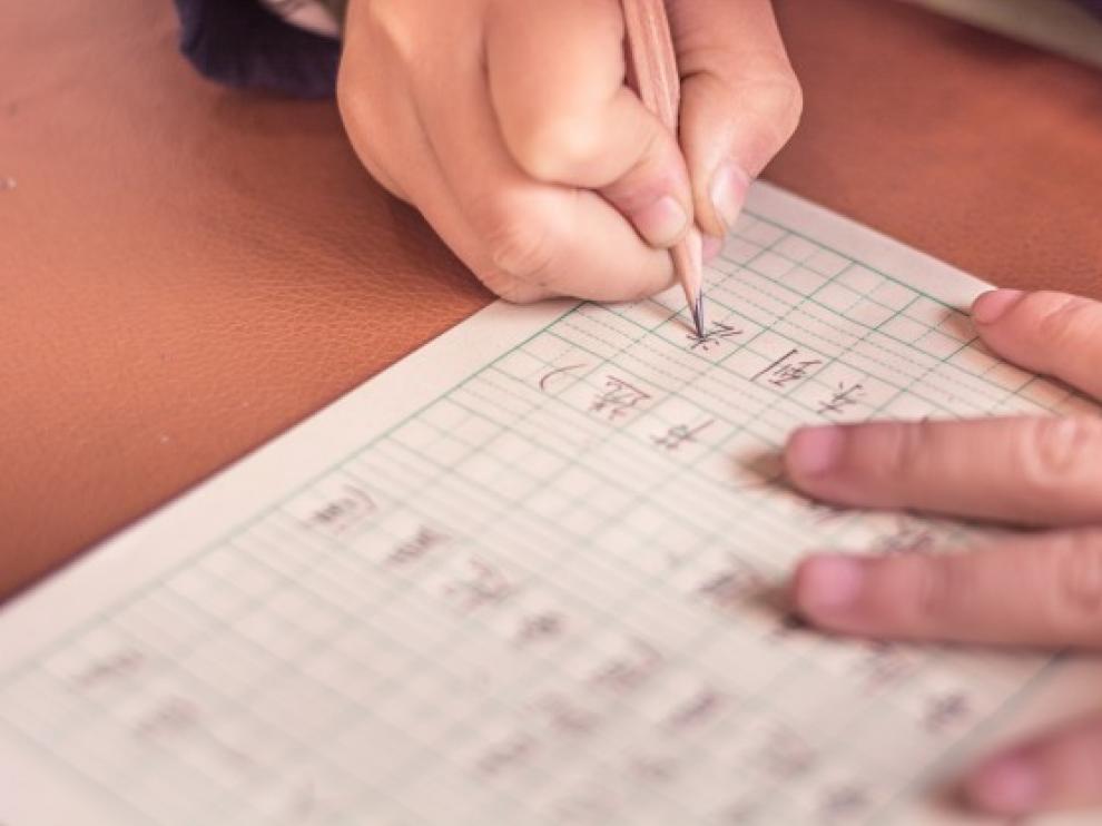 primer-plano-estudiante-aprendiendo-escribir_1127-322