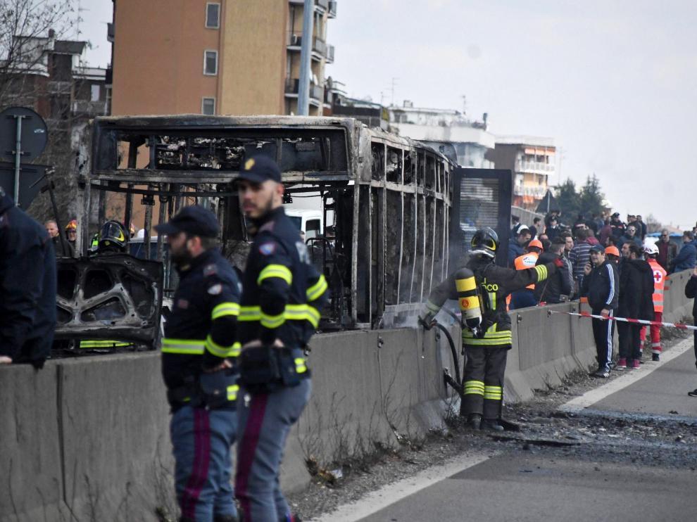 Un hombre senegalés prende fuego a un autobús escolar en Italia