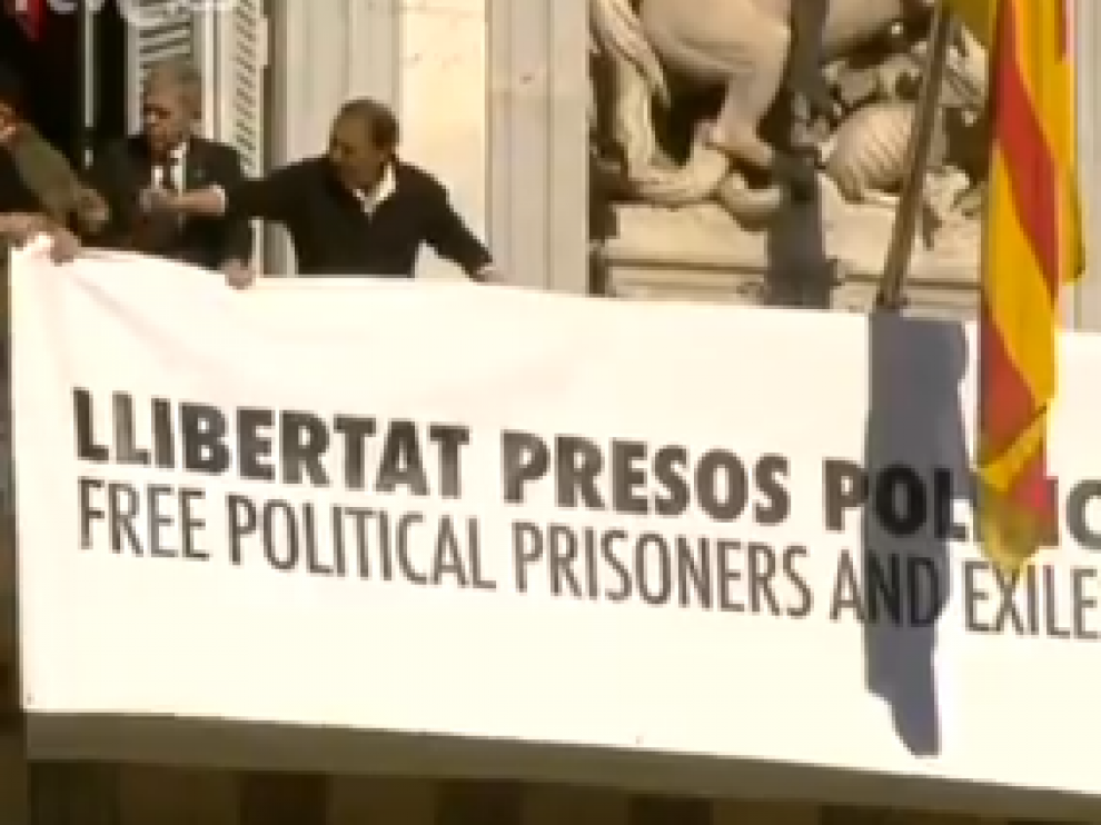 Cambio de pancarta en el palacio de la Generalitat