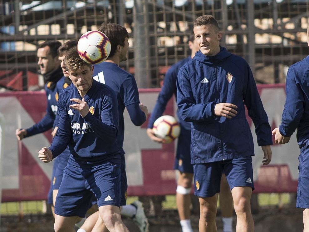 Carlos Nieto, en el centro, en un entrenamiento reciente del Zaragoza.