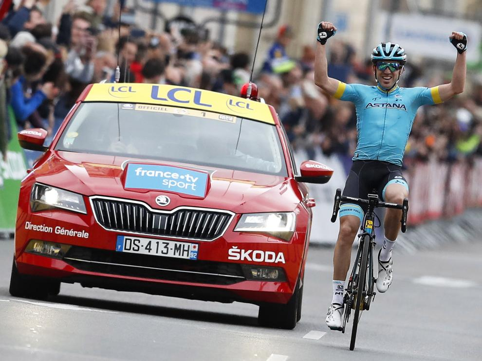 Nice (France), 17/03/2019.- Spanish rider Ion Izaguirre Insausti of the Astana Pro Team celebrates while crossing the finish line to win the eighth and final stage of the Paris-Nice cycling race over 110km from Nice to Nice, France, 17 March 2019. (Ciclismo, Francia, Niza) EFE/EPA/SEBASTIEN NOGIER Cycling Paris-Nice - eighth stage