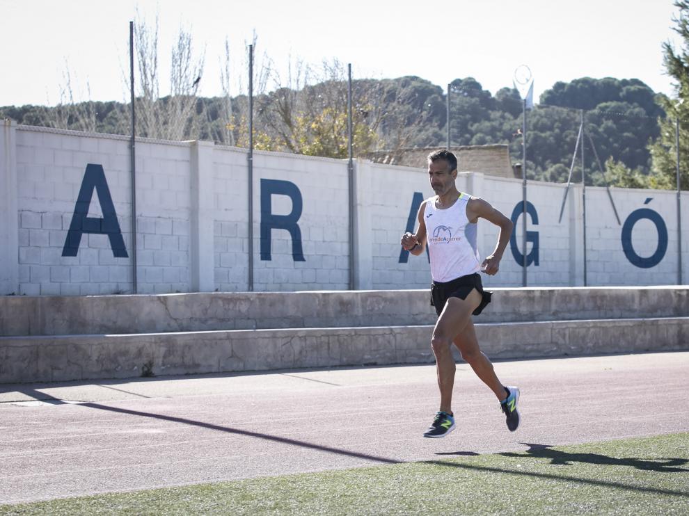 Juan Romero, en un entrenamiento en la pista de atletismo del colegio bilingüe Montearagón.
