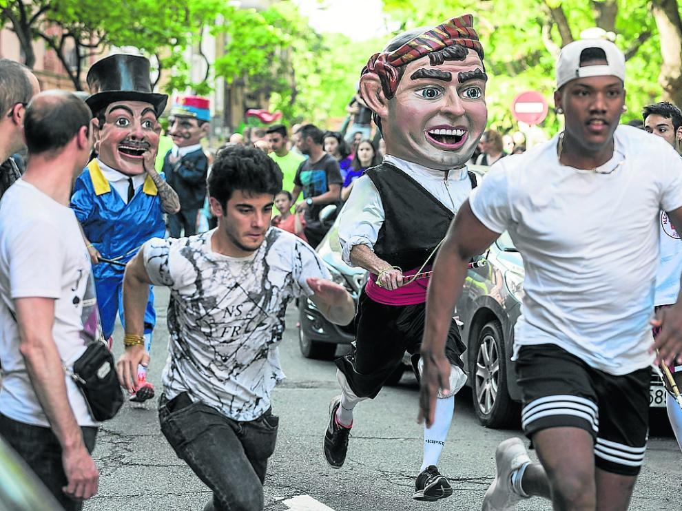 Los cabezudos del Arrabal son uno de los actos más multitudinarios de las fiestas del barrio.