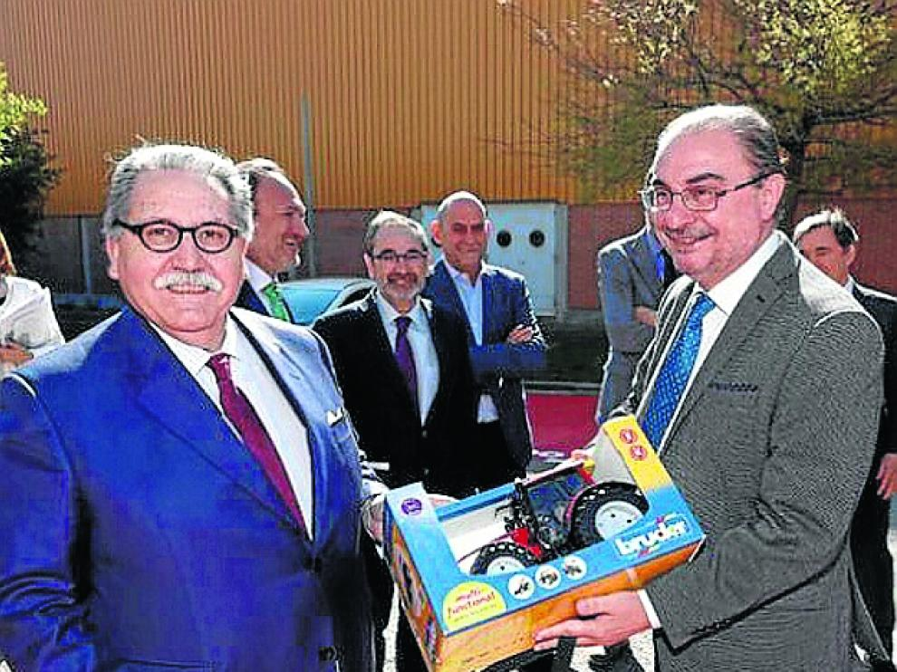 Manuel Teruel y el presidente con su regalo.