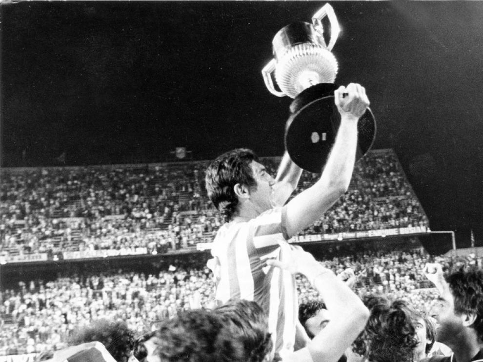 Rogelio levanta la copa de campeón de la Copa del Rey de 1977.