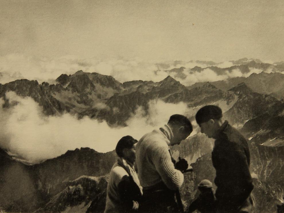 Varios socios de Montañeros en la cima del Balaitús, en 1931. José maría escudero/montañeros de aragón