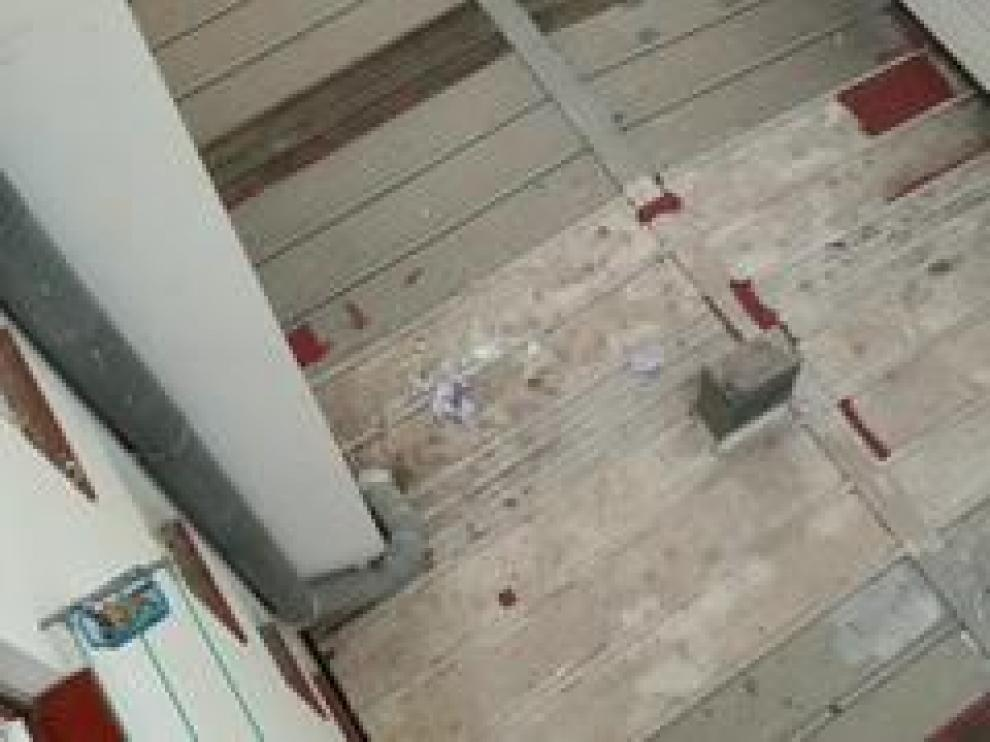 La pequeña ha caído sobre un techo de uralita y ha sido rescatada con vida y trasladada al Hospital Infantil.