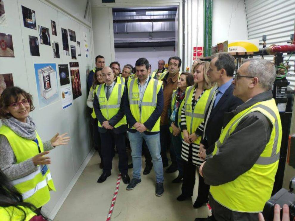 María Luisa Sarsa, explicando el experimento ANAIS al ministro de Ciencia, Innovación y Universidades, Pedro Duque, en el LSC el pasado 25 de febrero.
