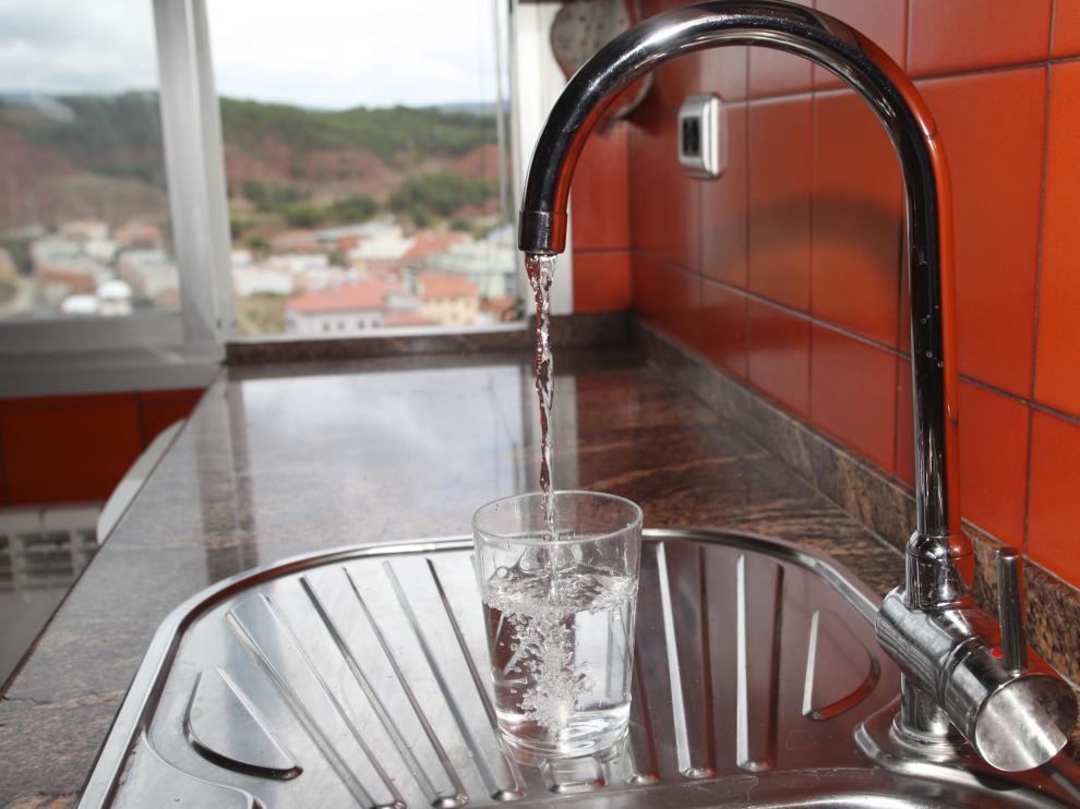 Suministro de agua de boca en teruel.  foto Antonio Garcia. 02-09-10