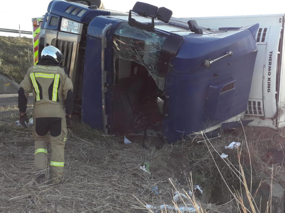 Un herido en la CV-911, a la altura de Alagón, al volcar el tráiler en el que viajaba y quedar atrapado.