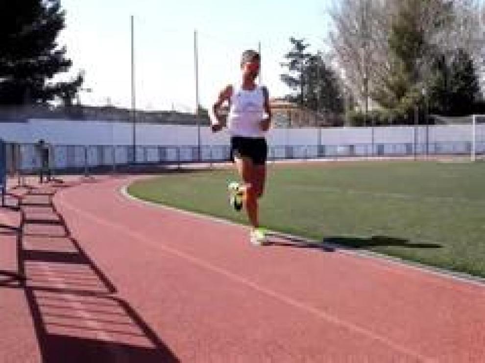 El atleta Juan Romero ha cruzado, este sábado la línea de salida de la pista del colegio Montearagón de Zaragoza con el objetivo de recorrer 200 km –1.000 vueltas–, en 24 horas, para batir la plusmarca de 2014 (193 km).