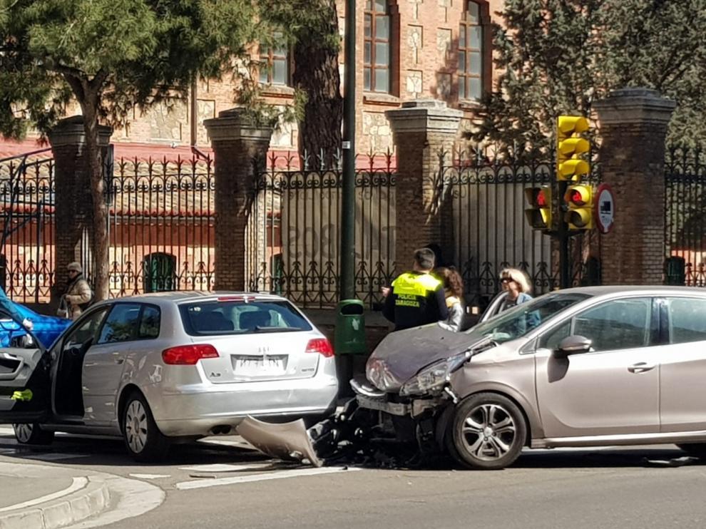 Aparatoso accidente sin consecuencias graves en la calle Miguel Servet de Zaragoza