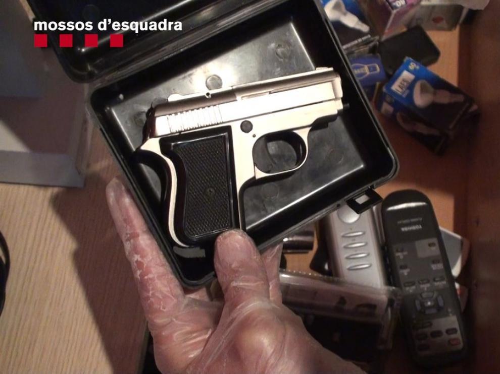 Pistola encontrada en el domicilio de uno de los arrestados.