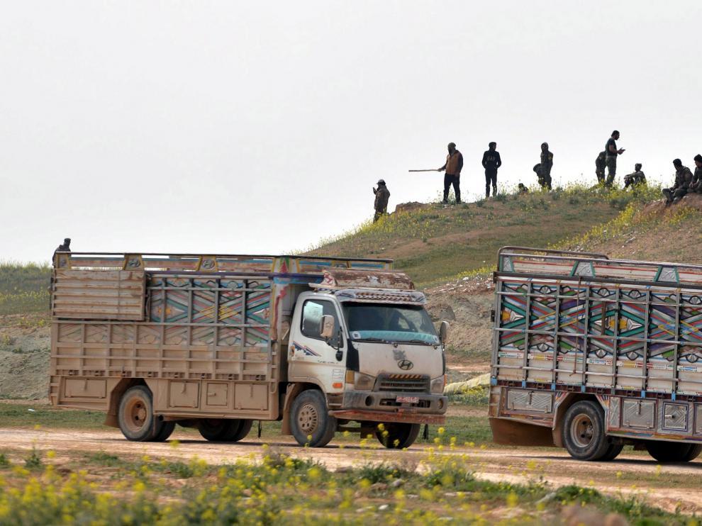 Un convoy de camiones conduce cerca de la ciudad siria de Baghouz, en febrero pasado.