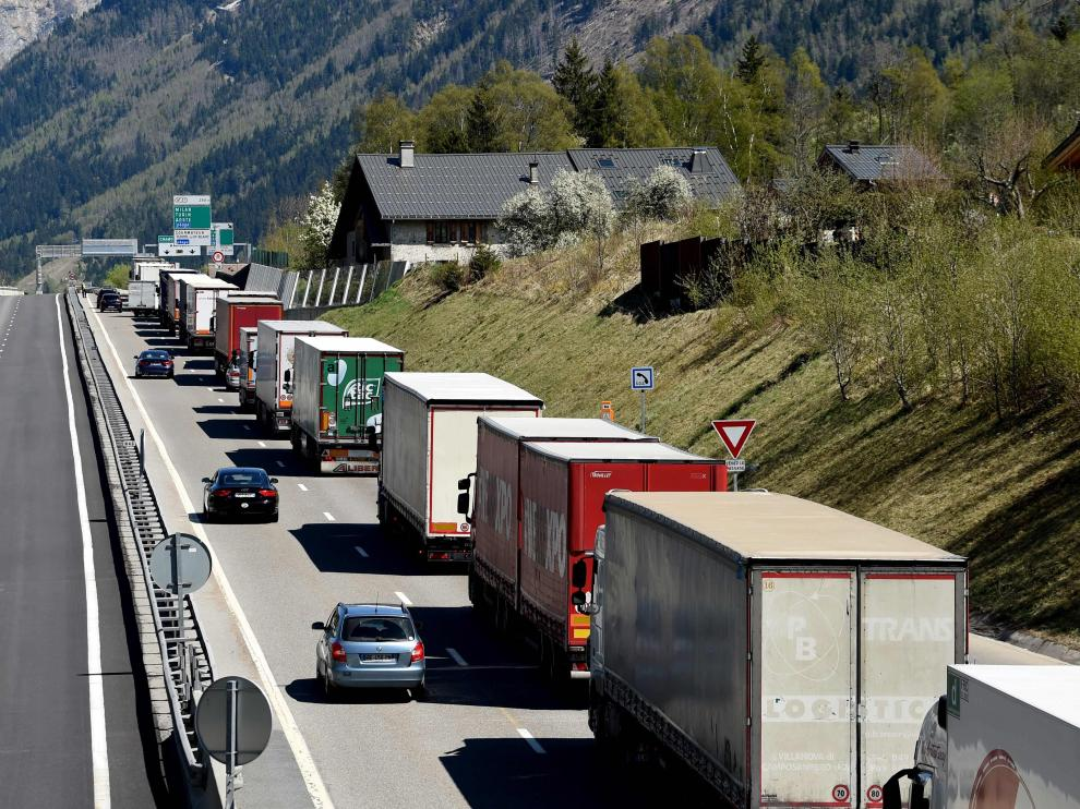 Trucks queue on a motorway in the direction of Italy near a the tunnel as people leave for holidays on April 14, 2017 in Chamonix, southeastern France. / AFP PHOTO / JEAN-PIERRE CLATOT[[[AFP]]] FRANCE-TRANSPORT-ROAD-TRAFFIC-HOLIDAY-EASTER