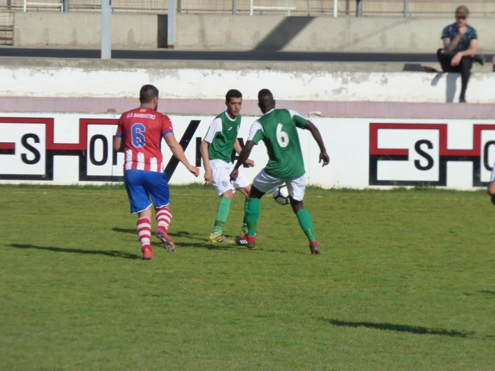 Varios jugadores disputan un balón