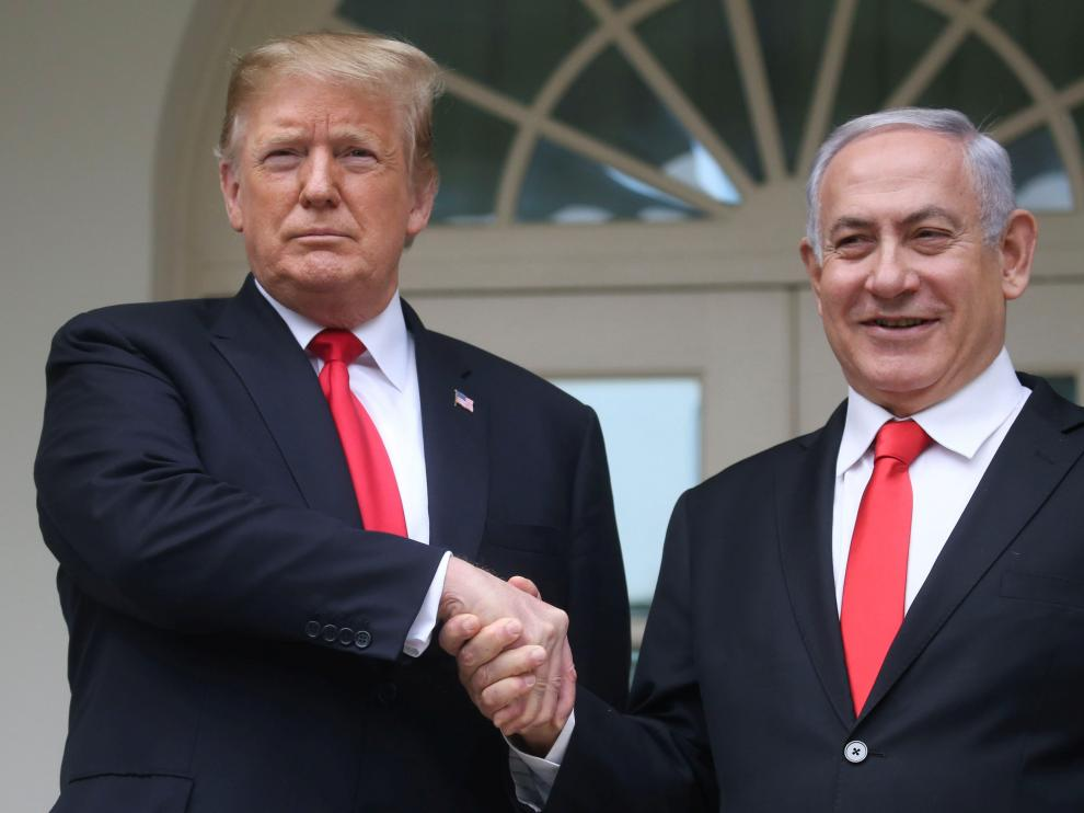 U.S. President Donald Trump shakes hands with Israel's Prime Minister Benjamin Netanyahu as they pose on the West Wing colonnade in the Rose Garden at the White House in Washington, U.S., March 25, 2019. REUTERS/Leah Millis [[[REUTERS VOCENTO]]] USA-ISRAEL/