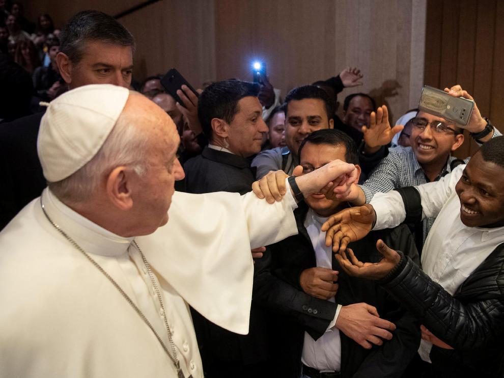 El papa Francisco y su extraña forma de rechazar el besamanos.