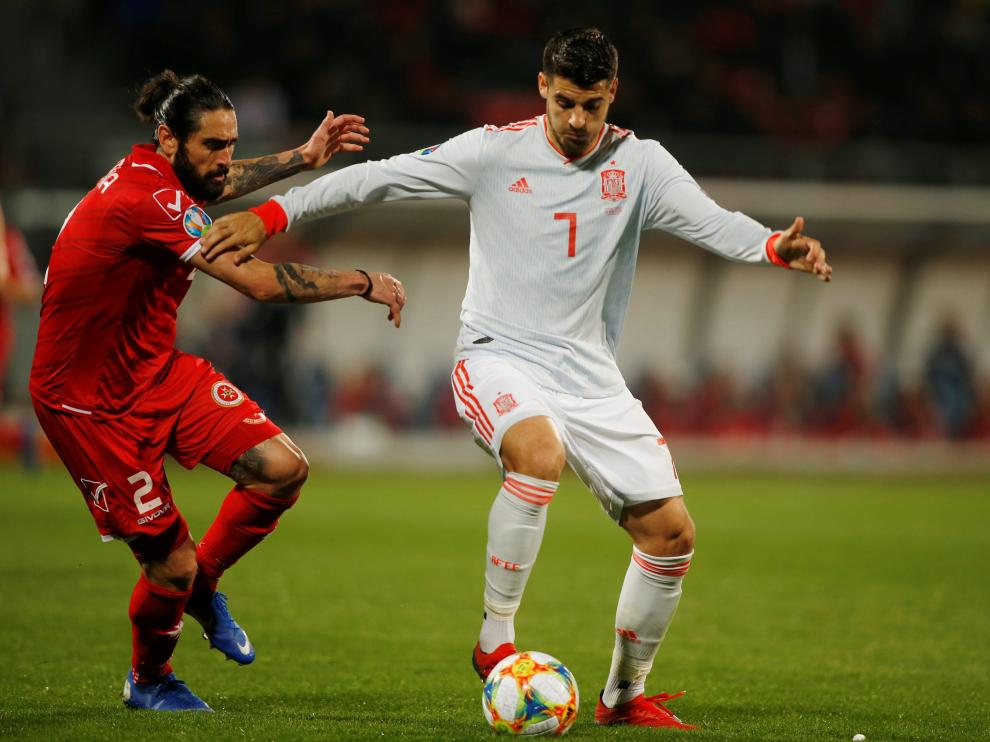 Soccer Football - Euro 2020 Qualifier - Group F - Malta v Spain - Ta' Qali National Stadium, Ta' Qali, Malta - March 26, 2019  Spain's Alvaro Morata in action with Malta's Jonathan Caruana   REUTERS/Darrin Zammit Lupi [[[REUTERS VOCENTO]]] SOCCER-EURO-MLT-ESP/