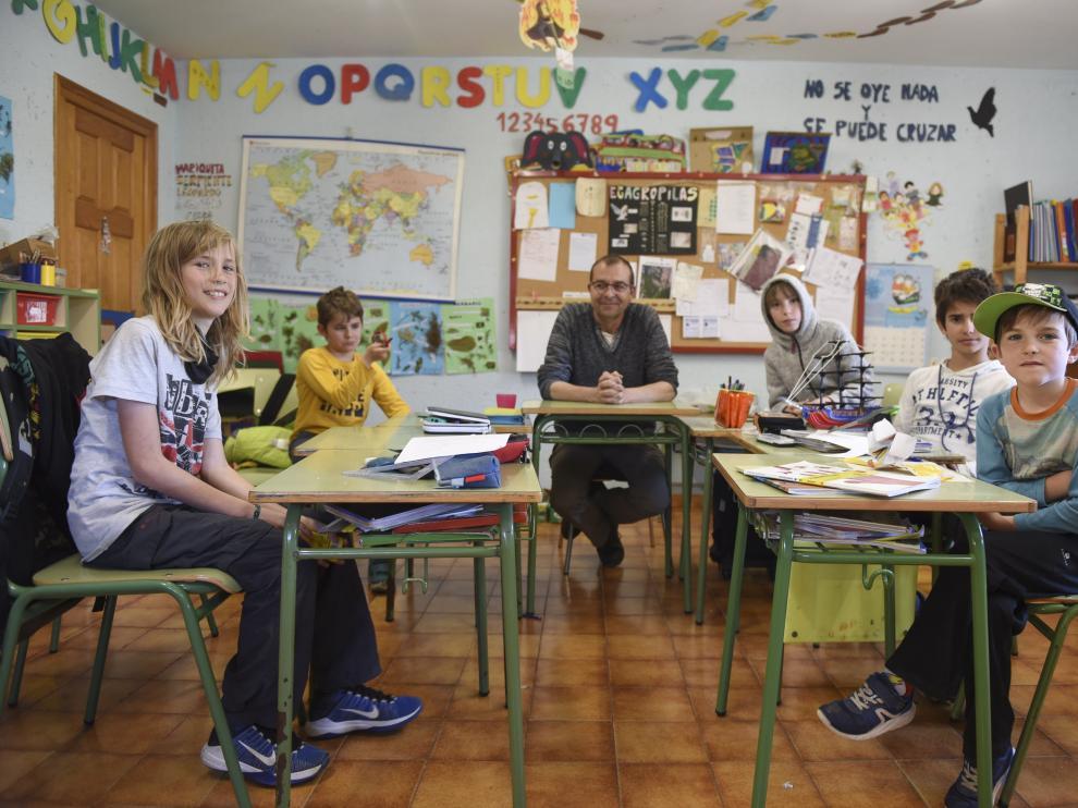 Los alumnos de la escuela de Paúles de Sarsa.