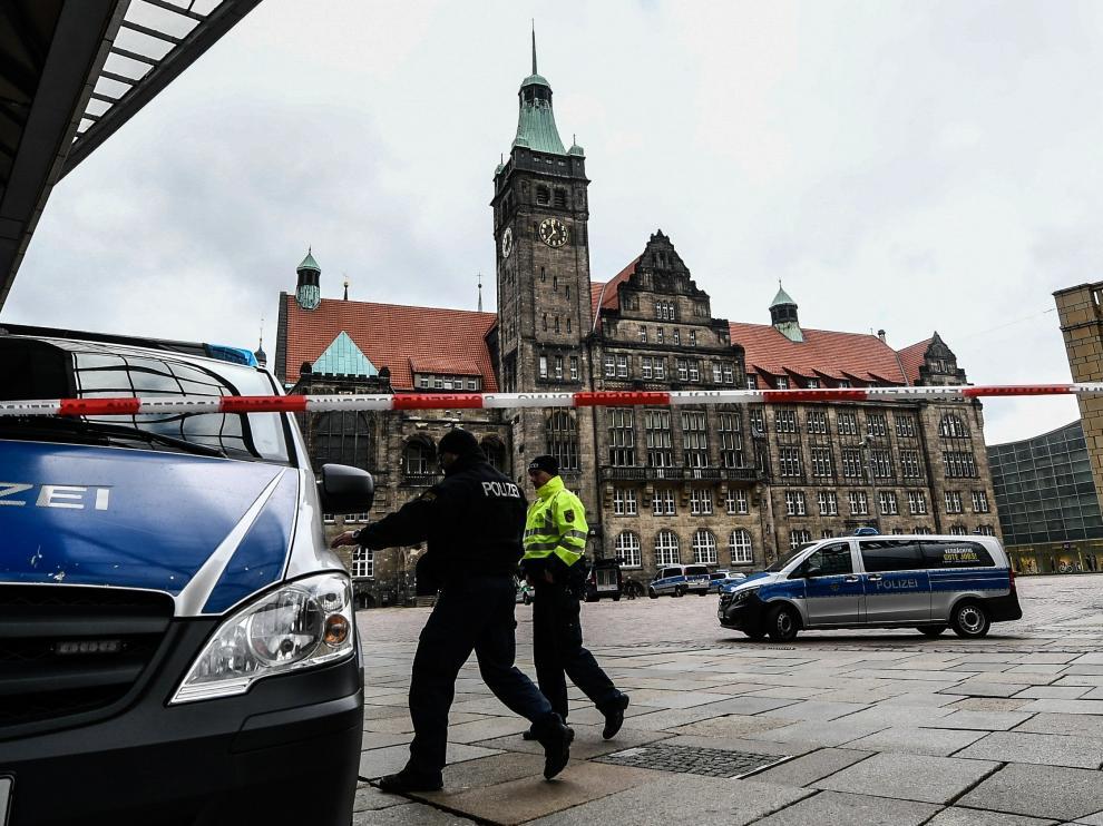 Policías en el Ayuntamiento de Chemnitz, Alemania