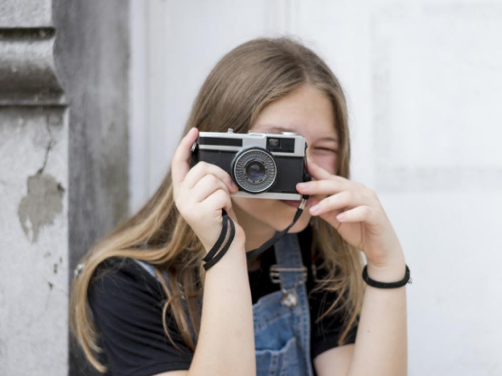 retrato-fotografa-adolescente-que-cubre-su-rostro-camara_23-2148088798