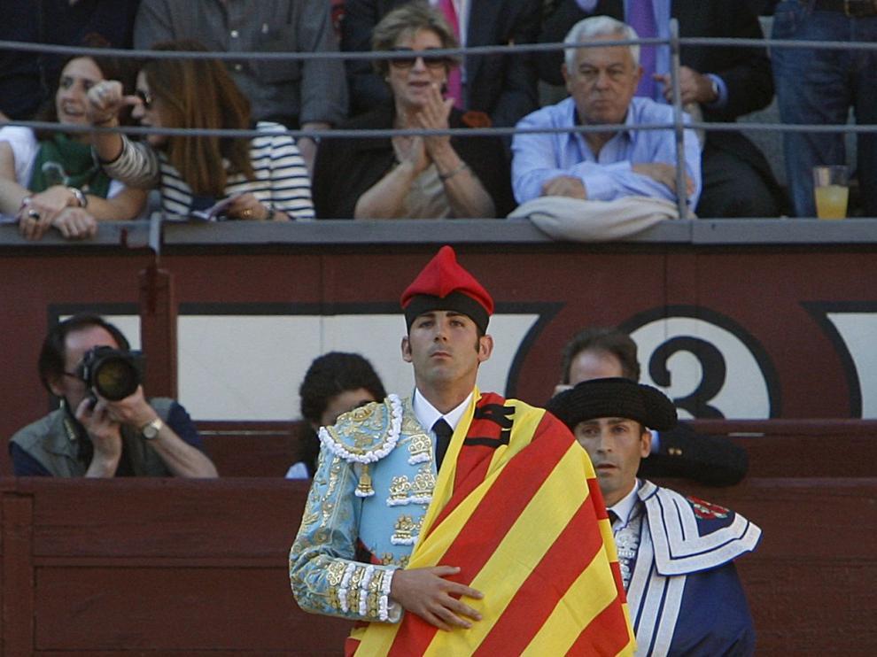 Serafín Marín hizo el paseíllo con barretina para reivindicar los toros en Cataluña.