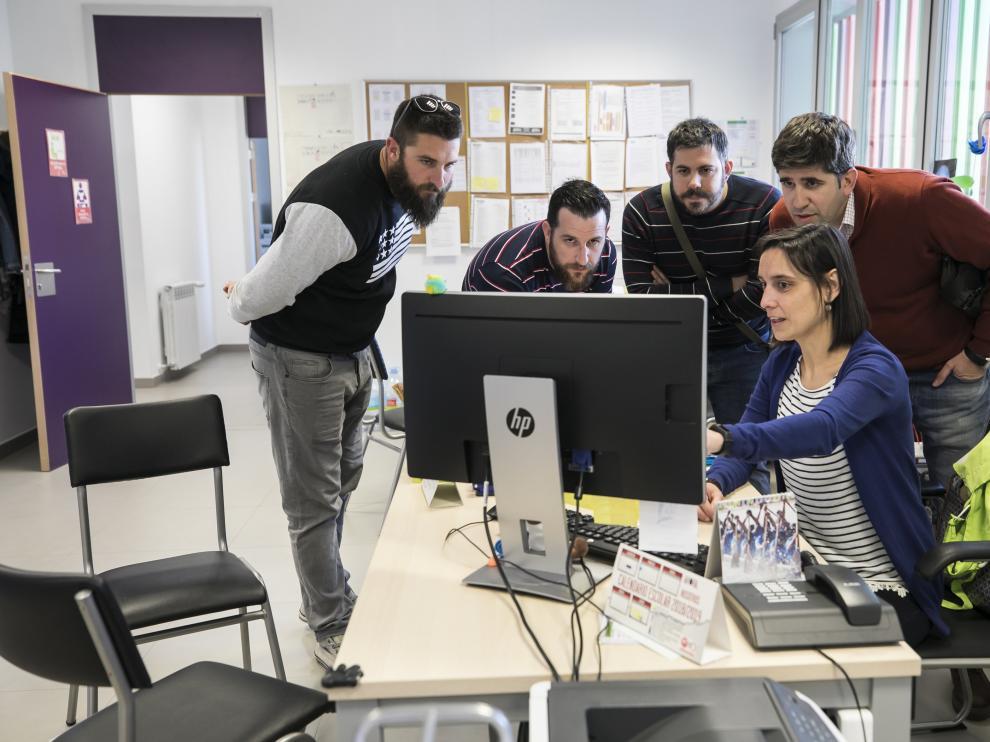 Un grupo de padres del colegio Zaragoza Sur atiende las explicaciones sobre el sorteo  que se celebró en el centro la semana pasada