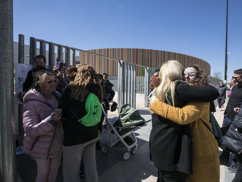 Dos madres se abrazan de alegría al comprobar que sus hijos están admitidos en el San Jorge