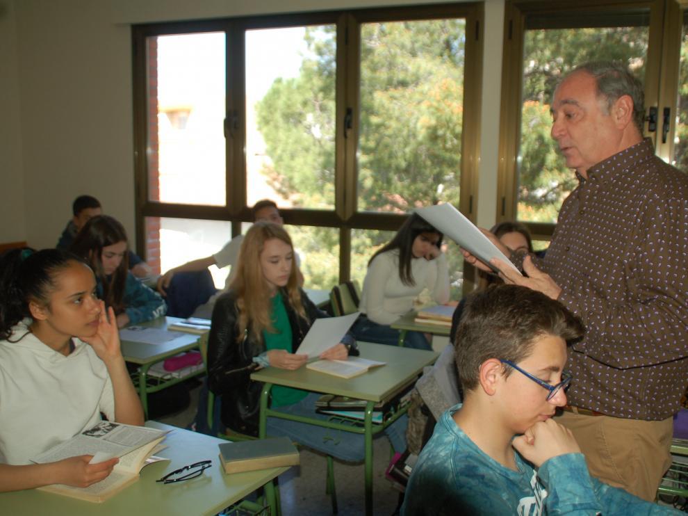 Manuel Vizcaya Milagro, con sus alumnos de segundo ciclo de ESO en el Colegio Santa Ana de Caspe (Zaragoza)