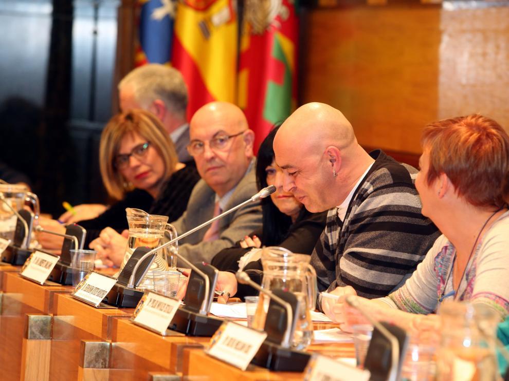 El concejal de Aragón Sí Puede Fernando Justes durante una de sus intervenciones de ayer.
